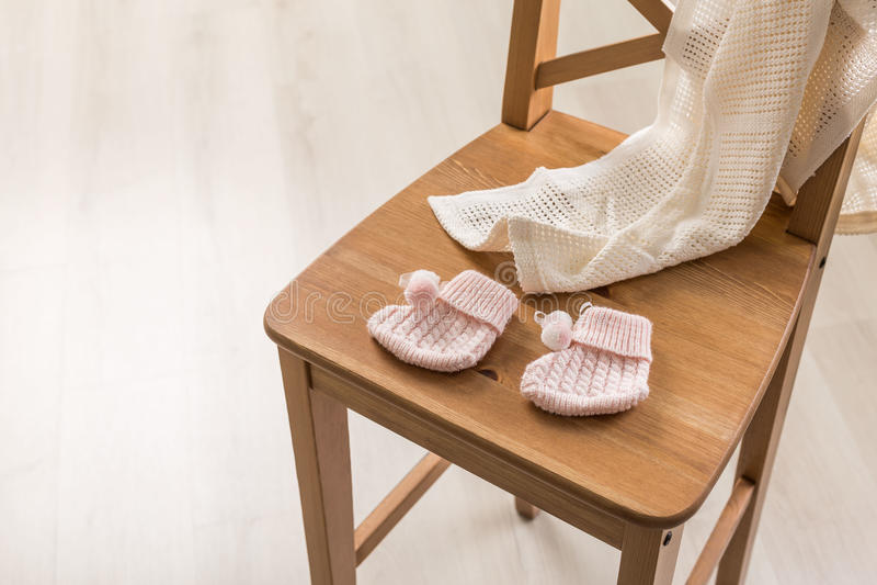 Κάλτσες μωρών και duvet στοκ εικόνες με δικαίωμα ελεύθερης χρήσης