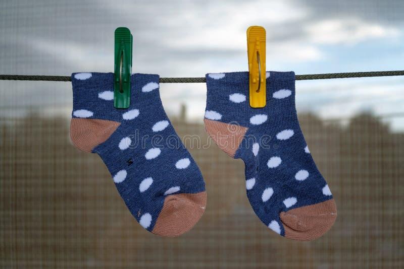 Κάλτσες μωρών που κρεμούν στο στεγνό σχοινί στοκ φωτογραφία με δικαίωμα ελεύθερης χρήσης