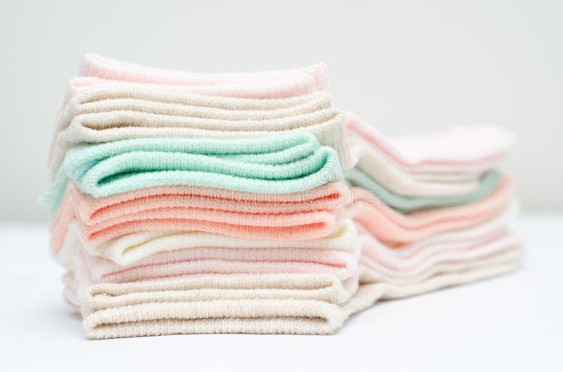 Κάλτσες των διαφορετικών χρωμάτων στοκ εικόνα με δικαίωμα ελεύθερης χρήσης