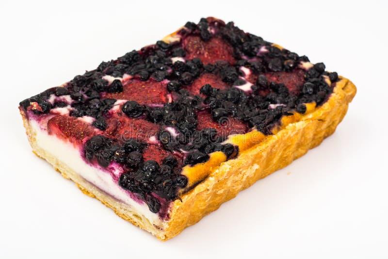 Κέικ άμμου με τα βακκίνια, τις φράουλες και τις σταφίδες στοκ εικόνα