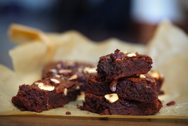 Κέικ ή brownie φοντάν σοκολάτας με τα φουντούκια, τεμαχισμένες μερίδες στοκ εικόνες