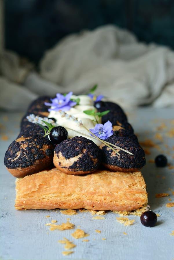 Κέικ Αγίου -Άγιος-onore από τη ζύμη ριπών, profiteroles, την κρέμα σταφίδων και την κτυπημένη κρέμα Κλασικό γαλλικό επιδόρπιο Ένα στοκ εικόνες