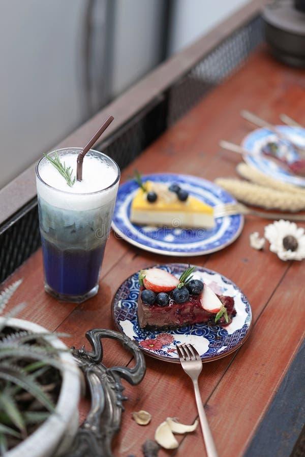 Κέικ αλκών σοκολάτας Μια άλκη σοκολάτας τήξης συσσωματώνει με το κάλυμμα βακκινίων και φραουλών Περίληψη που θολώνεται του μπιζελ στοκ φωτογραφία με δικαίωμα ελεύθερης χρήσης