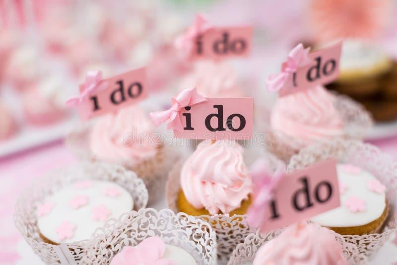 Κέικ γαμήλιων φλυτζανιών στοκ φωτογραφίες με δικαίωμα ελεύθερης χρήσης