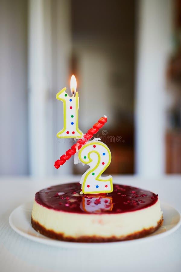 Κέικ γενεθλίων με το κερί σε το στοκ εικόνες με δικαίωμα ελεύθερης χρήσης
