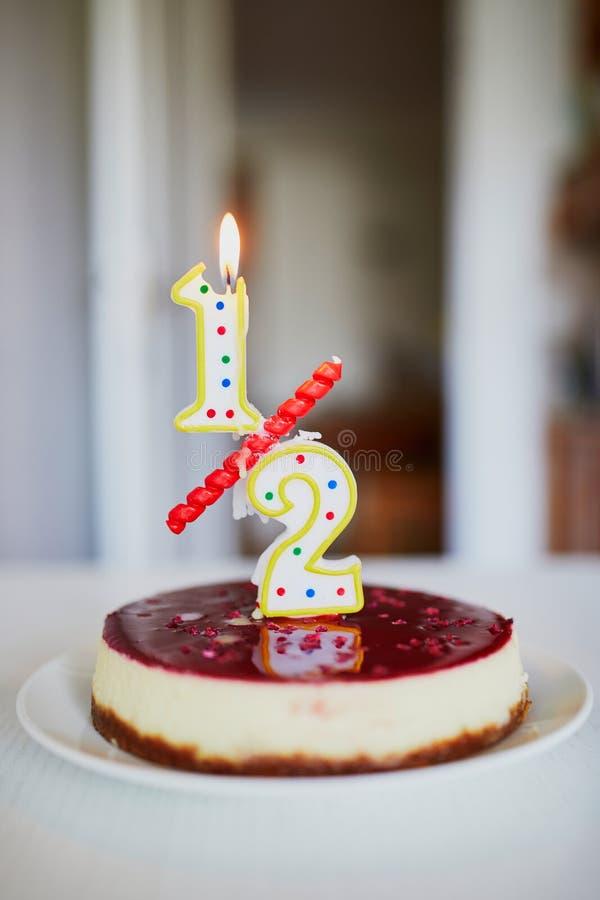 Κέικ γενεθλίων με το κερί σε το στοκ φωτογραφία με δικαίωμα ελεύθερης χρήσης