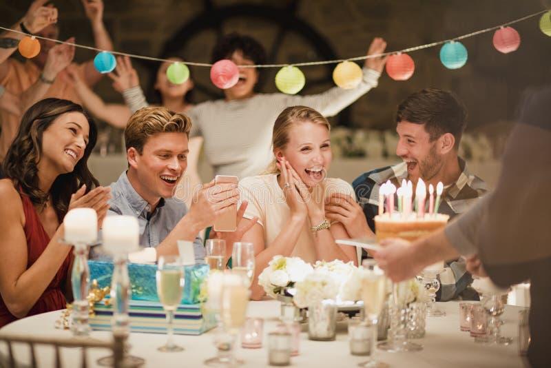 Κέικ γενεθλίων σε ένα κόμμα στοκ εικόνα