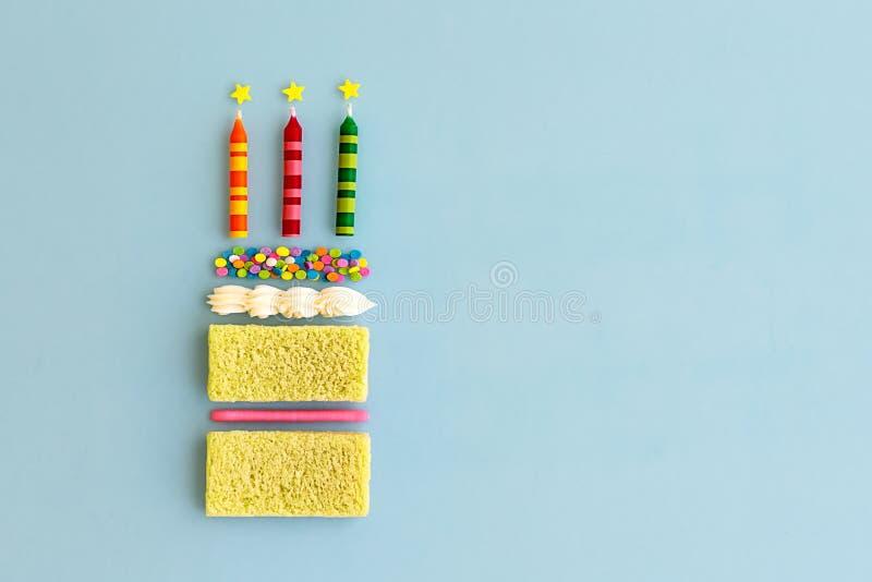 Κέικ γενεθλίων, τοπ άποψη στοκ εικόνα