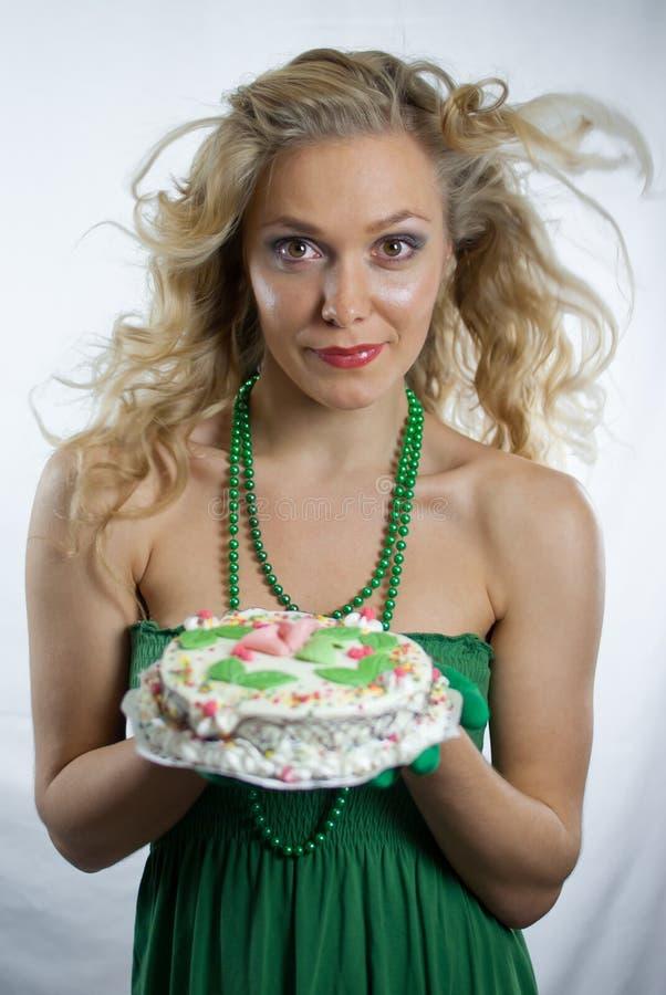 Κέικ γενεθλίων εκμετάλλευσης γυναικών στοκ εικόνα