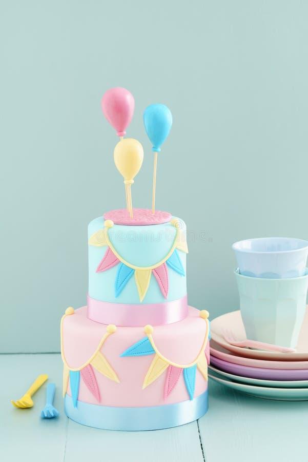 Κέικ γενεθλίων με τα μπαλόνια στοκ εικόνα με δικαίωμα ελεύθερης χρήσης