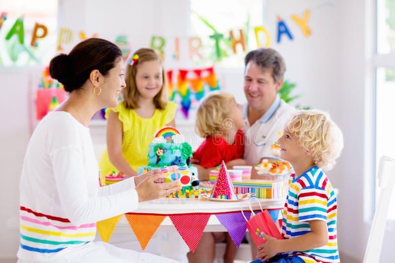 Κέικ γιορτών γενεθλίων παιδιών Οικογένεια με τα παιδιά στοκ φωτογραφίες