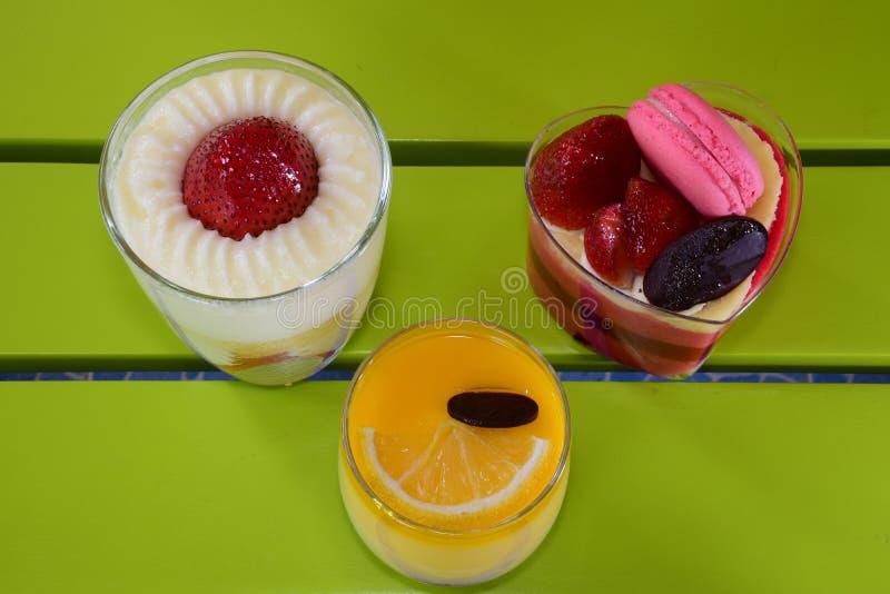 Κέικ λεμονιών και κέικ φραουλών στοκ εικόνα