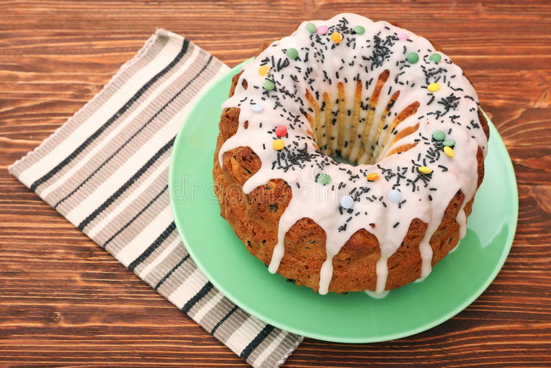 Κέικ θερινού Bundt που ολοκληρώνεται με το λούστρο ζάχαρης στοκ φωτογραφίες
