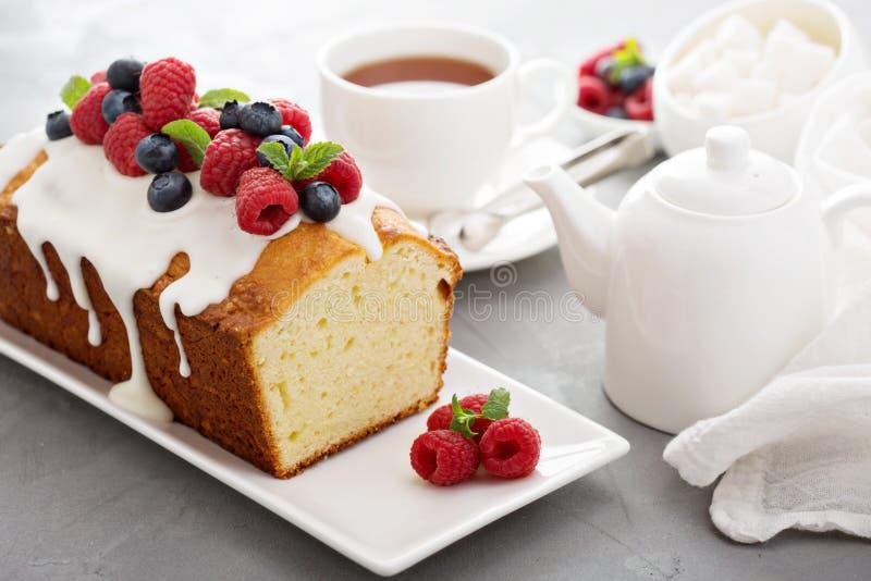 Κέικ λιβρών γιαουρτιού με το λούστρο και τα φρέσκα μούρα στοκ εικόνα με δικαίωμα ελεύθερης χρήσης