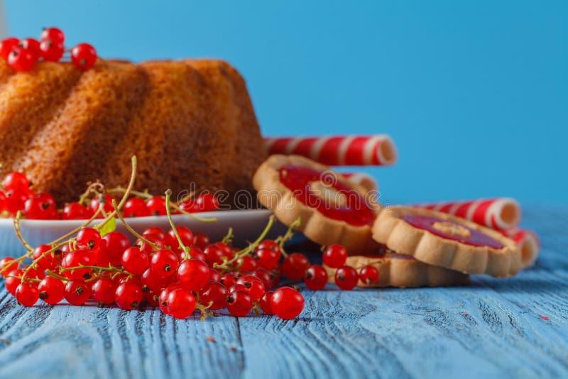 Κέικ λιβρών για το πρόγευμα με το λούστρο και τα φρέσκα μούρα στοκ φωτογραφία