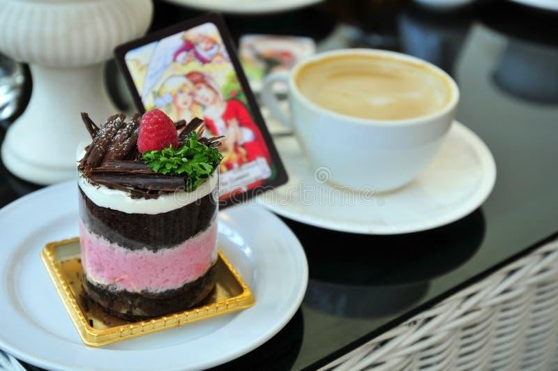 Κέικ και καφές σμέουρων στοκ φωτογραφία