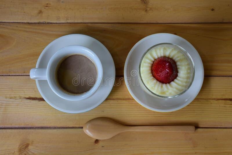 Κέικ και καφές φραουλών στοκ εικόνες