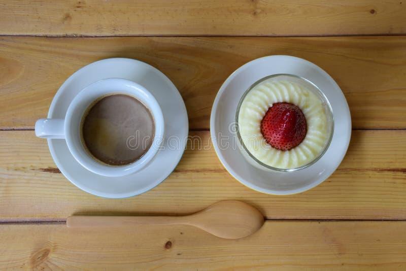 Κέικ και καφές φραουλών στοκ εικόνα