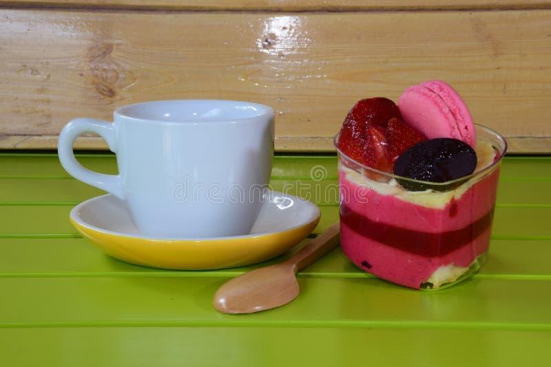 Κέικ και καφές φραουλών στοκ φωτογραφία