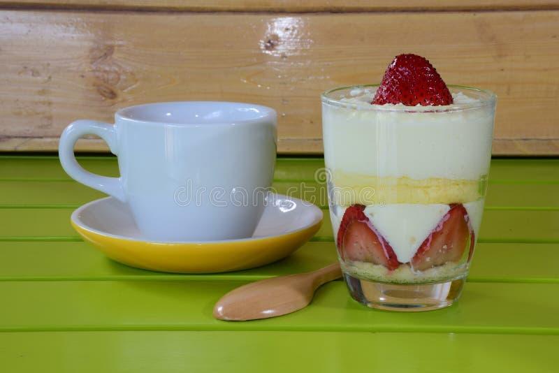 Κέικ και καφές φραουλών στοκ φωτογραφία με δικαίωμα ελεύθερης χρήσης