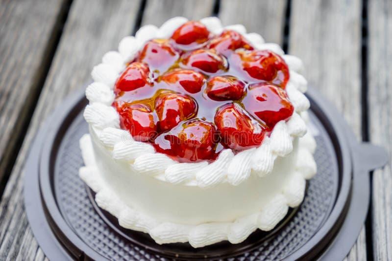 Κέικ και κρέμα φραουλών στοκ εικόνες