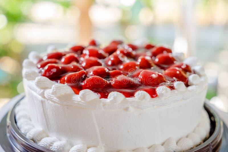 Κέικ και κρέμα φραουλών στοκ φωτογραφία με δικαίωμα ελεύθερης χρήσης