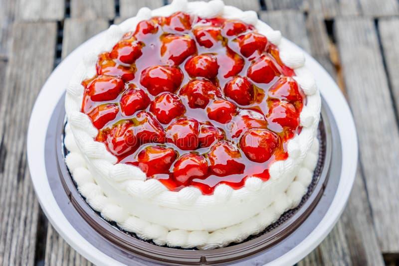 Κέικ και κρέμα φραουλών στοκ φωτογραφία