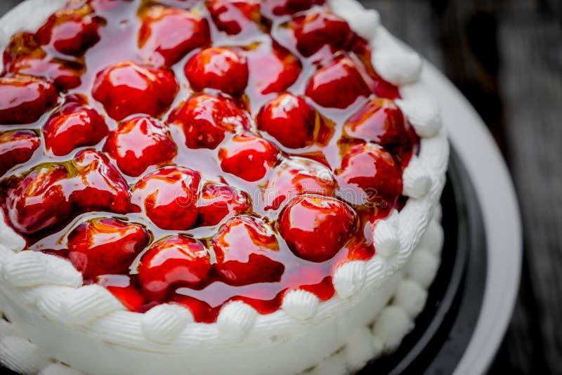 Κέικ και κρέμα φραουλών στοκ εικόνα