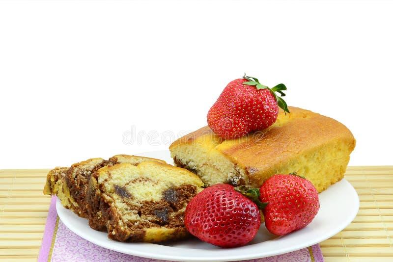 Κέικ και φράουλες σφουγγαριών στοκ εικόνες με δικαίωμα ελεύθερης χρήσης