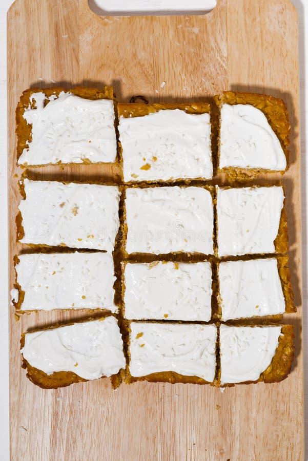 Κέικ καρότων με την τήξη στον ξύλινο πίνακα στοκ φωτογραφίες με δικαίωμα ελεύθερης χρήσης
