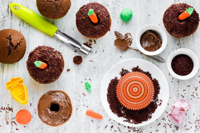 Κέικ καρότων Πάσχας που διακοσμείται με τη σοκολάτα και τα καρότα του marzi στοκ φωτογραφίες