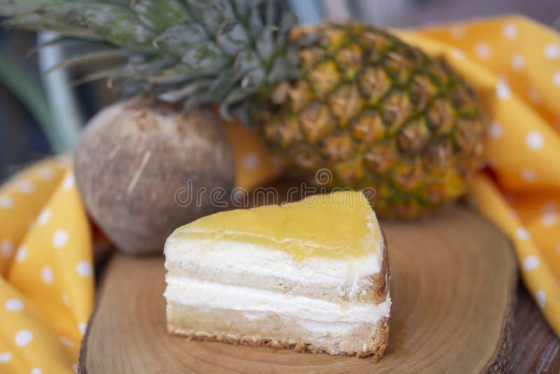 Κέικ καρύδων και ανανά με το υπόβαθρο καρύδων και ανανά στοκ εικόνα με δικαίωμα ελεύθερης χρήσης