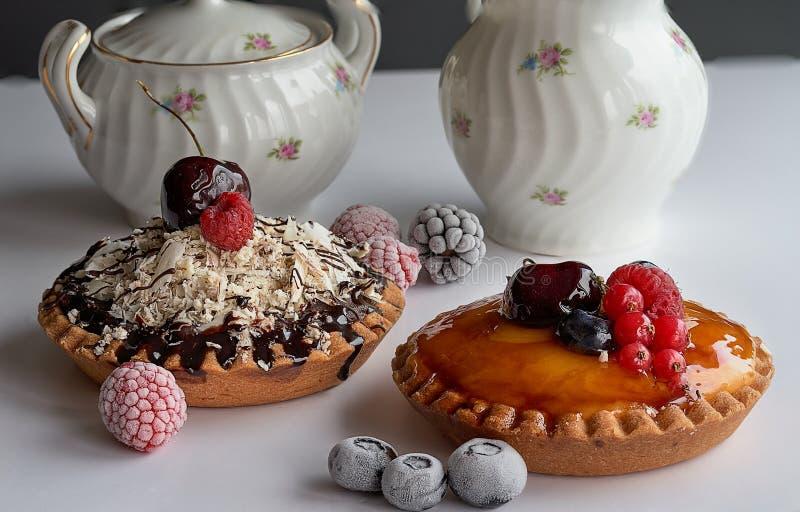 Κέικ κρέμας και σοκολάτας με τα μούρα στοκ εικόνες με δικαίωμα ελεύθερης χρήσης