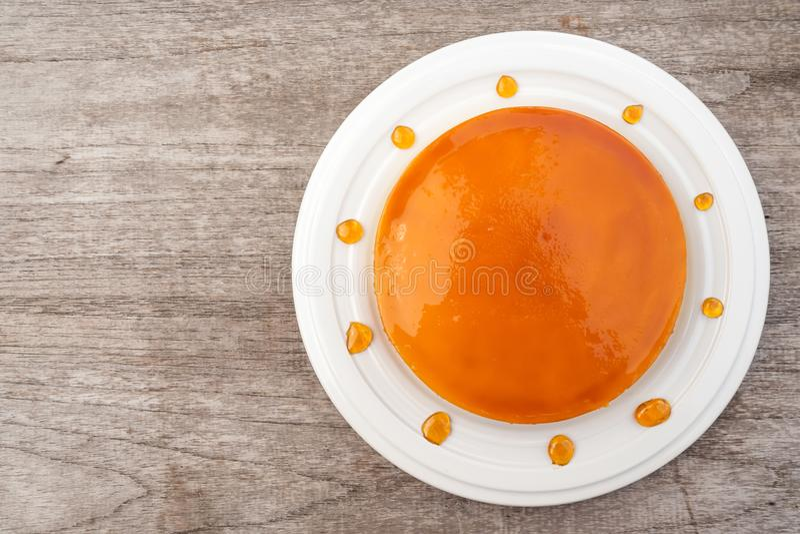 Κέικ κρέμας καραμέλας στο άσπρο πιάτο Γλυκό και υγρό επιδόρπιο Τοπ όψη στοκ φωτογραφίες