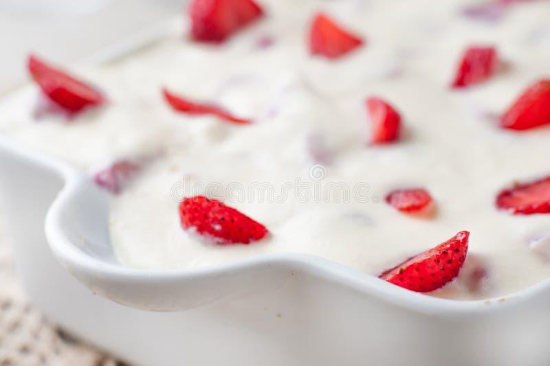 Κέικ κρέμας με τις φράουλες σε ένα τηγάνι στοκ εικόνες