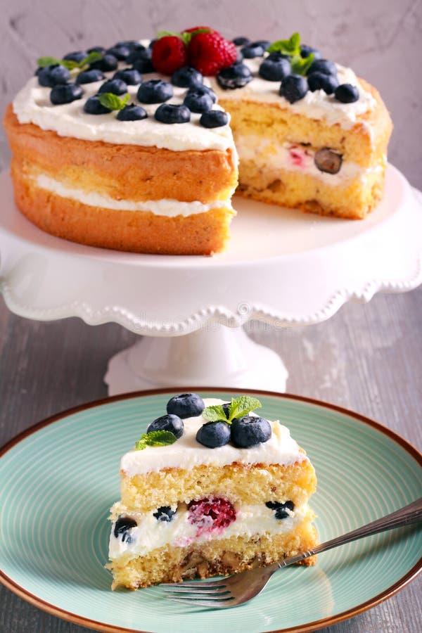 Κέικ κρέμας μούρων και καρυδιών στοκ φωτογραφία με δικαίωμα ελεύθερης χρήσης