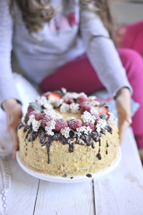 Κέικ μελιού, που διακοσμείται με τα μούρα και τη σοκολάτα γλυκό οικογενειακό γεύμα Κέικ διακοπών στο πρόγευμα μπαλκονιών στοκ φωτογραφίες με δικαίωμα ελεύθερης χρήσης