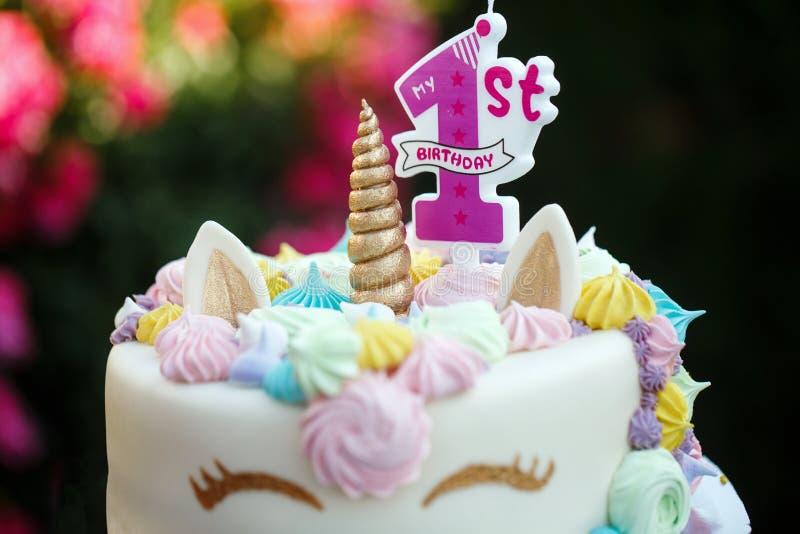 Κέικ με έναν μονόκερο για 1 γενέθλια, διακοπές των παιδιών στη φύση στοκ φωτογραφία με δικαίωμα ελεύθερης χρήσης