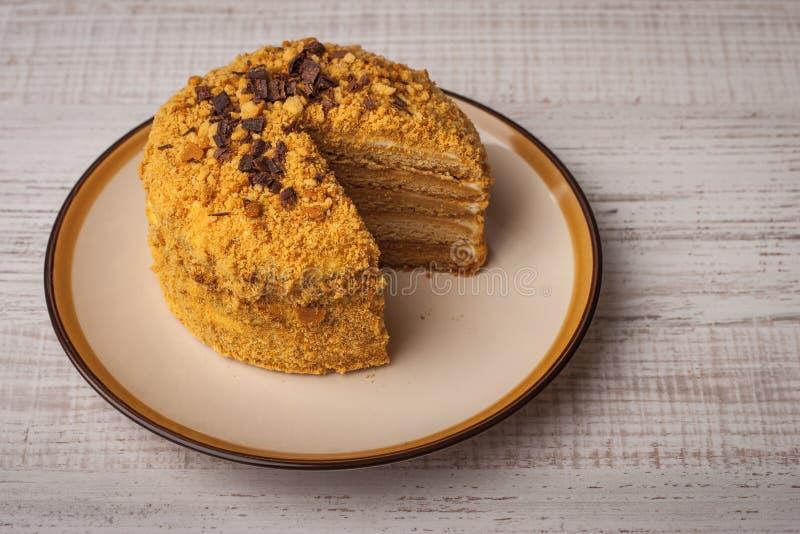 Κέικ μελιού με τα τσιπ σοκολάτας στο κεραμικό πιάτο στοκ εικόνες