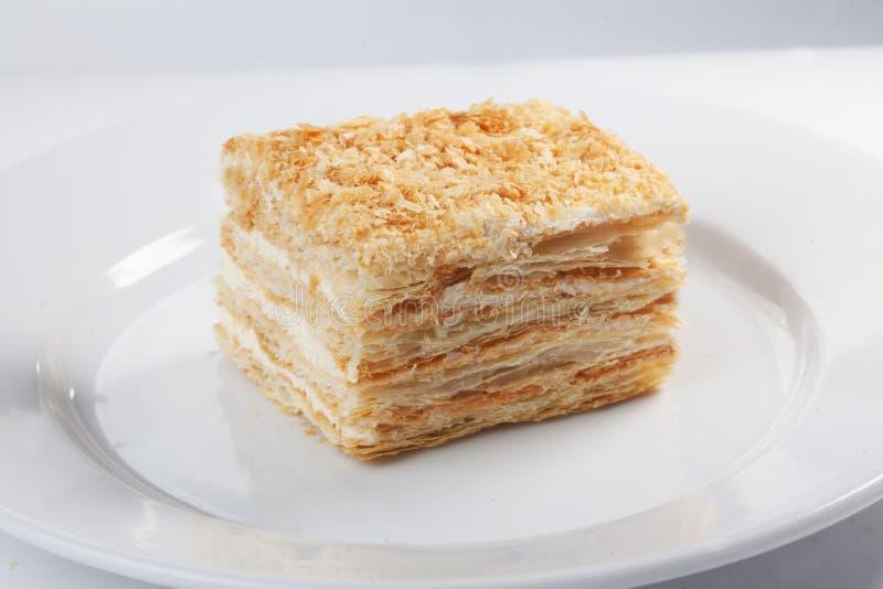 Κέικ μελιού στο άσπρο υπόβαθρο στοκ εικόνες