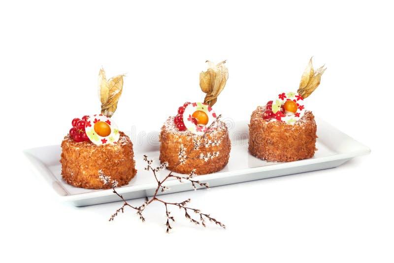 Κέικ μελιού τρία με το χειμερινό κεράσι στοκ εικόνα με δικαίωμα ελεύθερης χρήσης