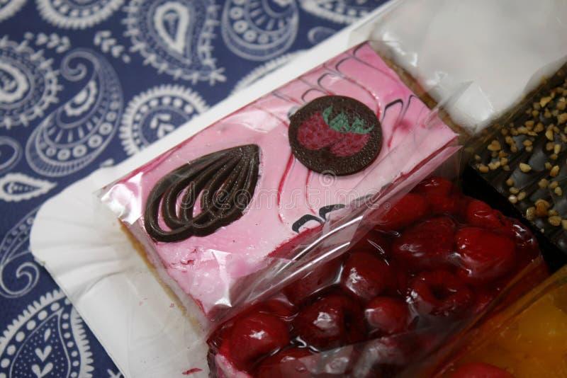 Κέικ με μια κρέμα των φραουλών στοκ εικόνες