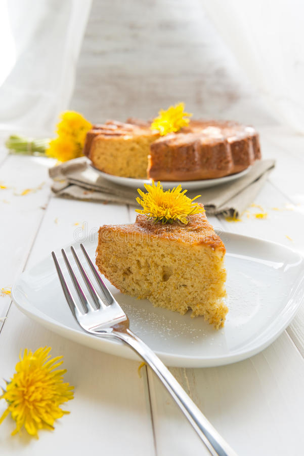 Κέικ με τα λουλούδια της πικραλίδας στοκ φωτογραφία με δικαίωμα ελεύθερης χρήσης