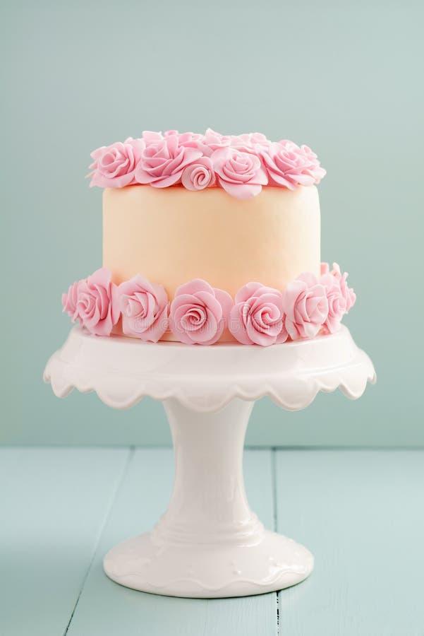 Κέικ με τα τριαντάφυλλα ζάχαρης στοκ εικόνα