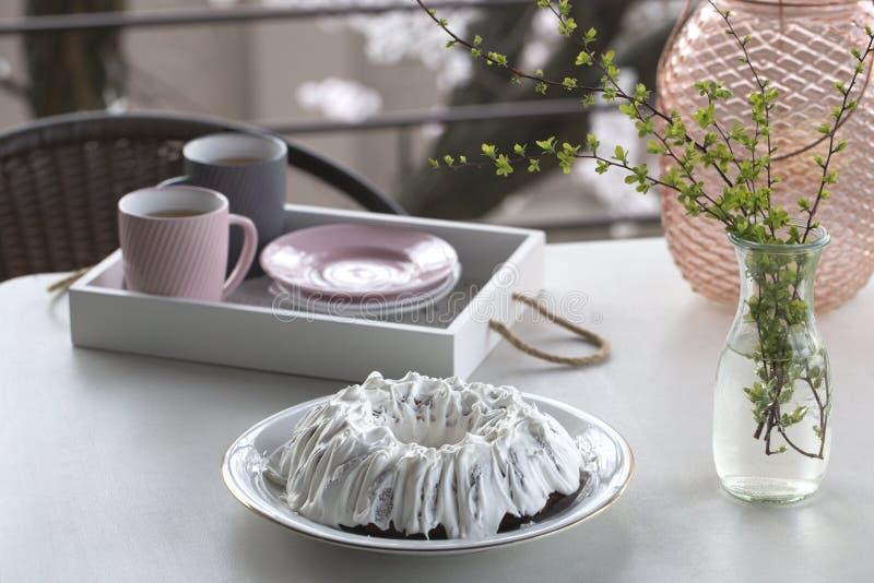 Σπιτικό κέικ με το τσάι Κέικ με την τήξη ζάχαρης Σπιτικό κέικ υπό μορφή δαχτυλιδιού με τα φλυτζάνια του τσαγιού ή του καφέ στον ά στοκ φωτογραφία με δικαίωμα ελεύθερης χρήσης