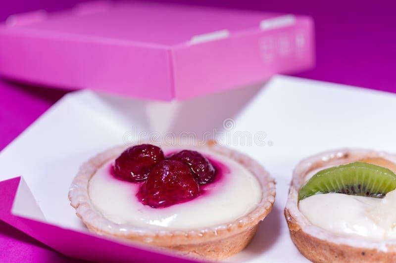 Κέικ με τις φράουλες και το ακτινίδιο Ζύμη με τα μούρα στοκ εικόνα με δικαίωμα ελεύθερης χρήσης