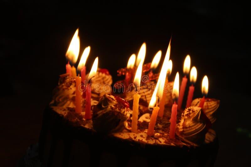Κέικ με το κερί φωτισμού στοκ φωτογραφία με δικαίωμα ελεύθερης χρήσης