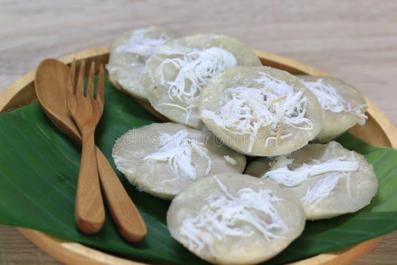 Κέικ μπανανών ατμού με την καρύδα, παραδοσιακό ταϊλανδικό επιδόρπιο στοκ εικόνες