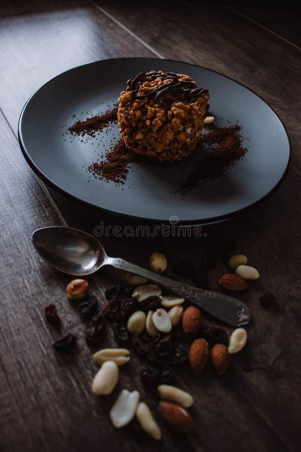 Κέικ μυρμηγκοφωλιών με τη σοκολάτα και καφές σε ένα σκοτεινό υπόβαθρο Επιδόρπιο με τα καρύδια και τις σταφίδες Bolo formigueiro Ρ στοκ φωτογραφία