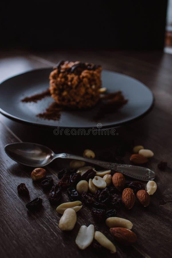 Κέικ μυρμηγκοφωλιών με τη σοκολάτα και καφές σε ένα σκοτεινό υπόβαθρο Επιδόρπιο με τα καρύδια και τις σταφίδες Bolo formigueiro Ρ στοκ εικόνες